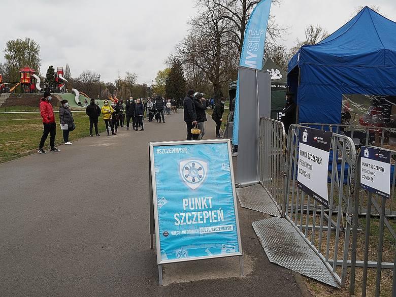 Ratownicy medyczni pobili rekord szczepień w Łodzi