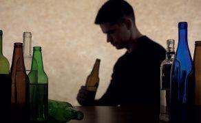 NAR_4_21_wiedza_w_praktyce_UPOJENIE_ALKOHOLOWE_OSOBY_MALOLETNIEJ_iStock-492455184